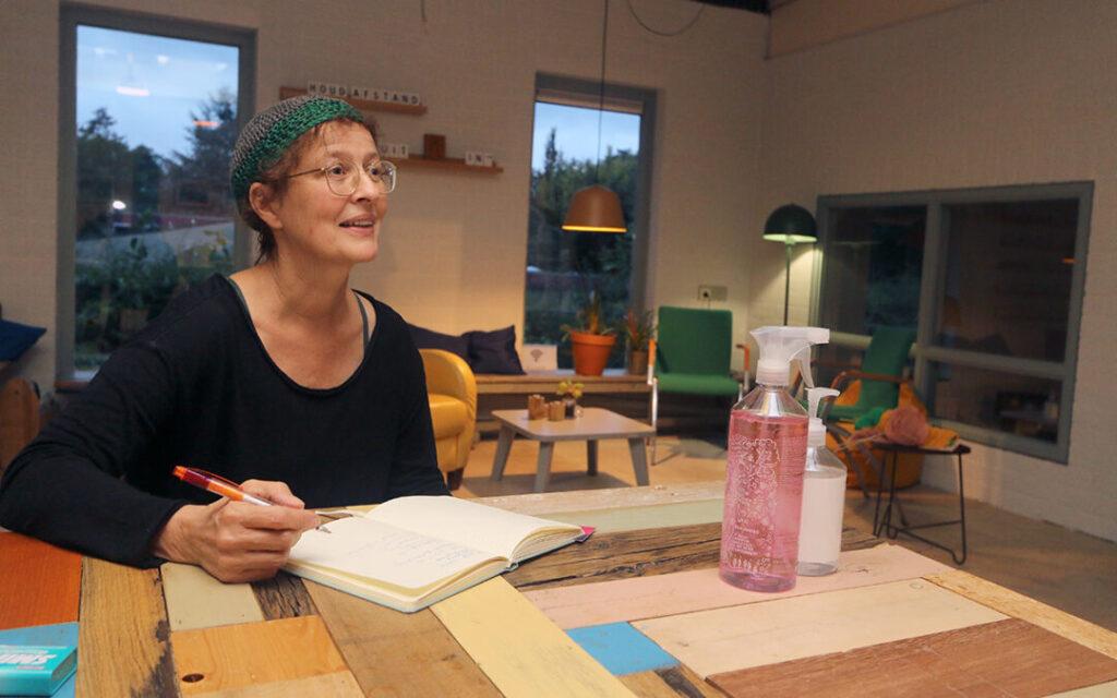 Foto © Zefanja Hoogers | Buurtverbinder Marion van den Heuvel in de ontmoetingsruimte van de Buurtfabriek