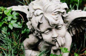 foto van een beeldje van een dromend engeltje